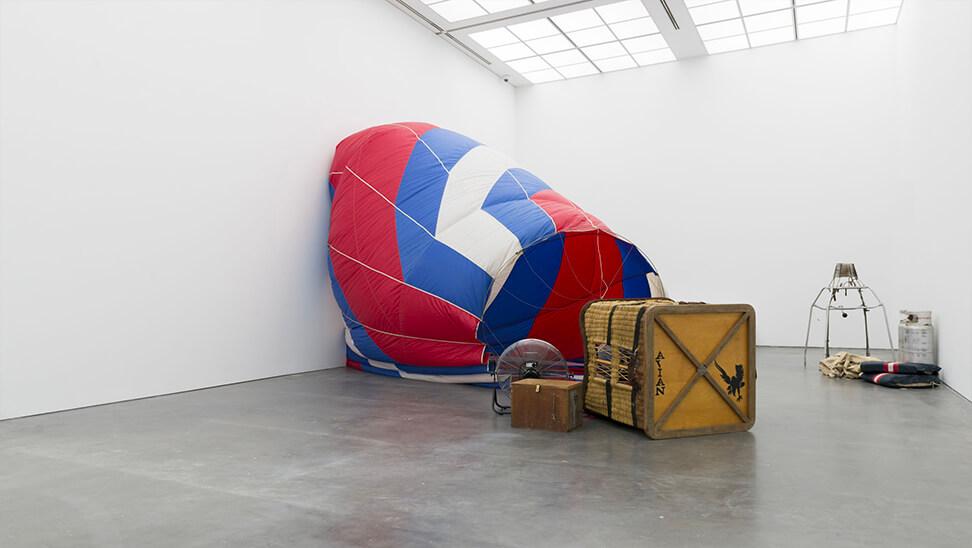 gevallen luchtballon - kunstwerk van Kris Martin