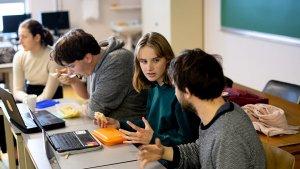 leerlingen overleggen voor de schoolkrant