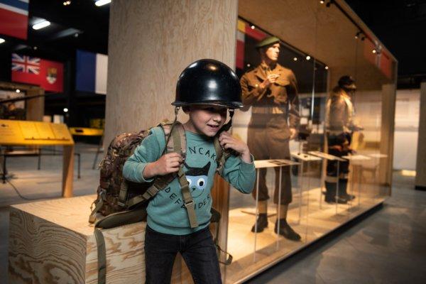 jongen met helm en rugzak