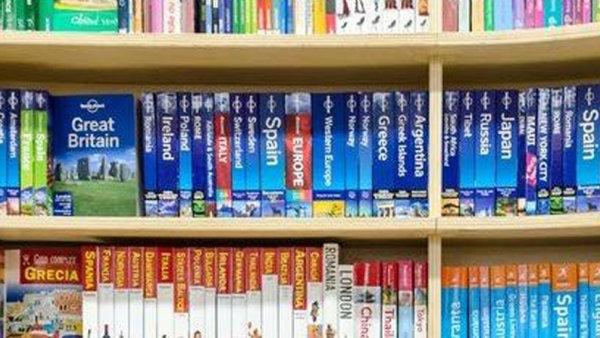 boekenrek met reisgidsen