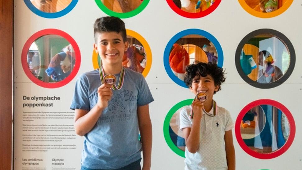 2 jongens houden medaille omhoog