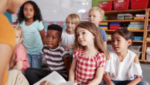 leerlingen luisteren naar leraar