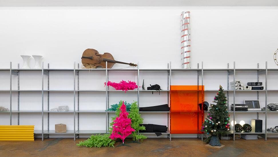 ruimte met steigers versierd met planten en voorwerpen