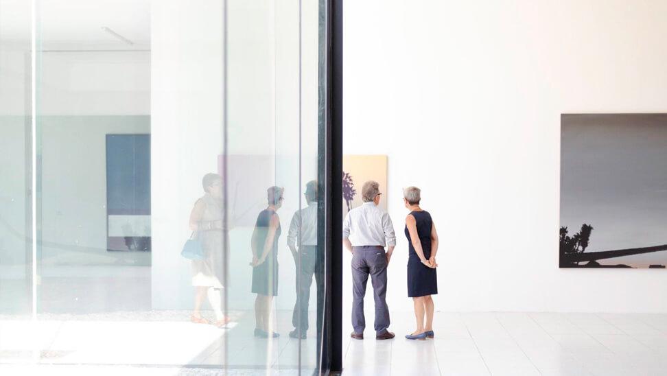 Mensen kijken naar schilderij in Museum Dhondt-Dhaenens