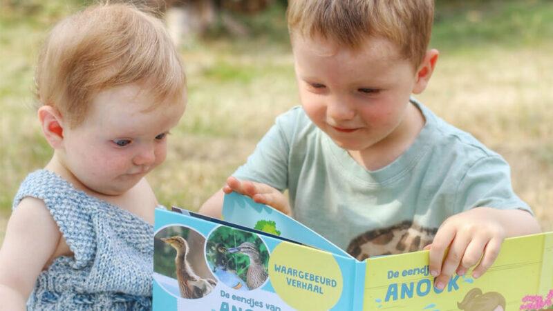 2 kindjes lezen een boek