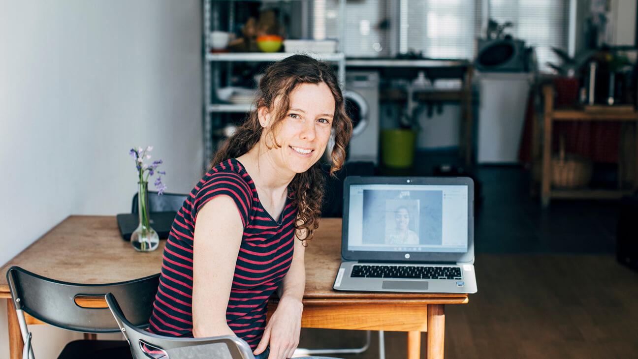 Brugfiguur Rein Callewaert spreekt online met anderstalige ouders