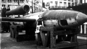 Meisje poseert bij een V-bom