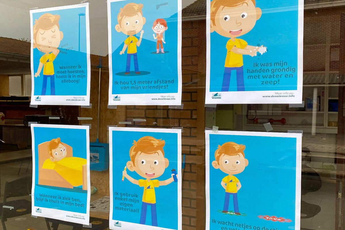 Schoolmascotte George legt de regels uit op kindermaat. Hij hangt als geheugensteuntje in de hele school.