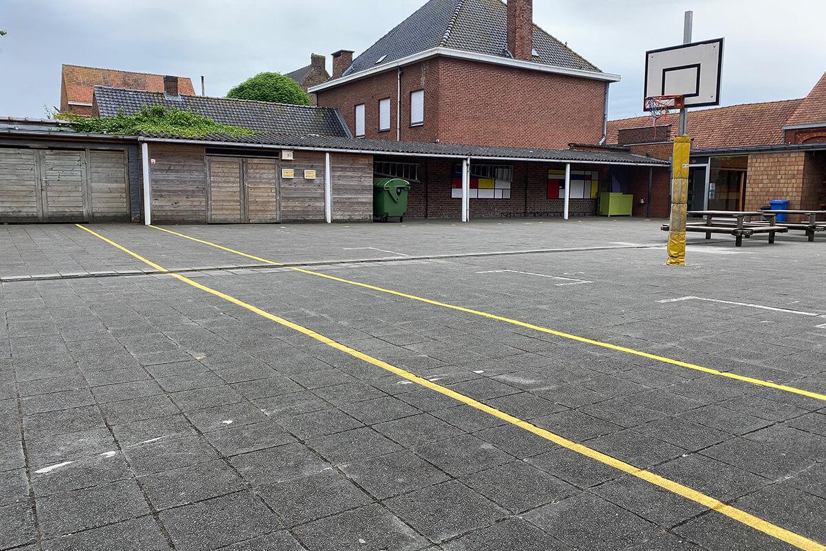 Speelvakken voor elke bubbel, met daartussen een 1,5 m strook voor toezichthouders (idee van collegeschool De Wijzer uit Zonnebeke).