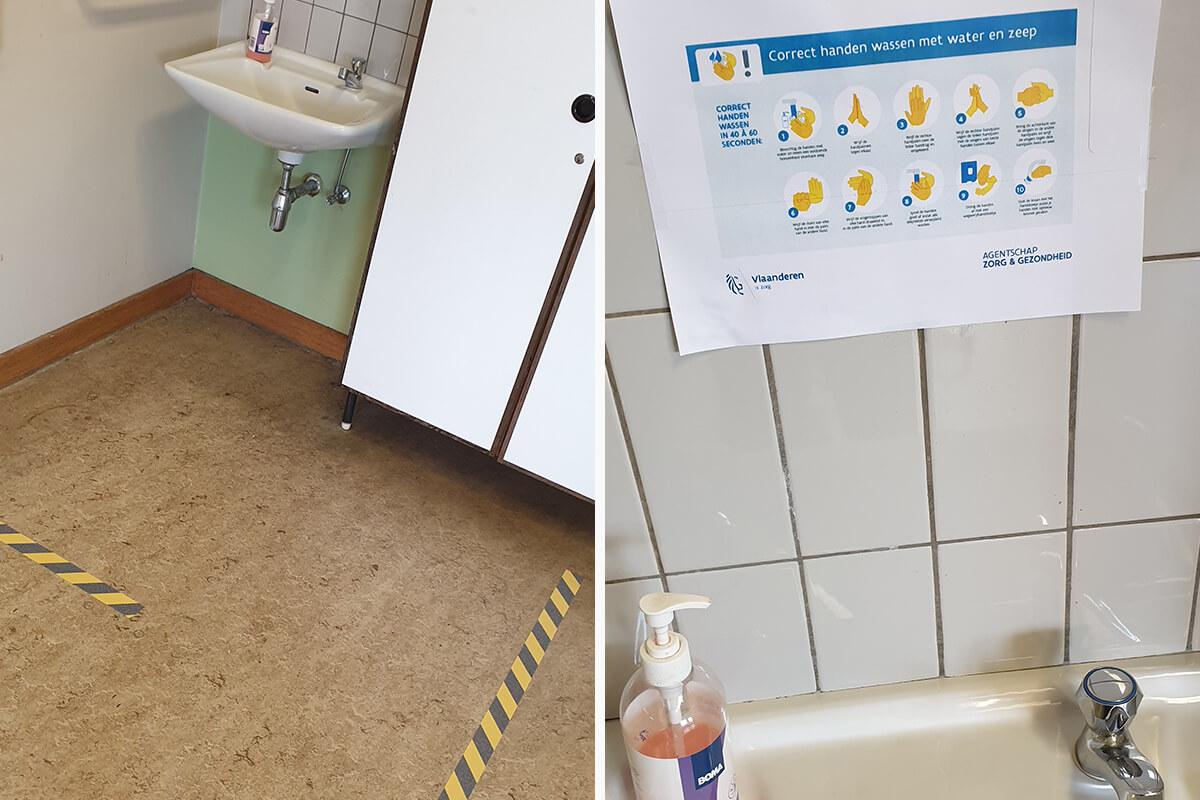 Leerlingen wassen om beurten hun handen volgens de regels op de poster.