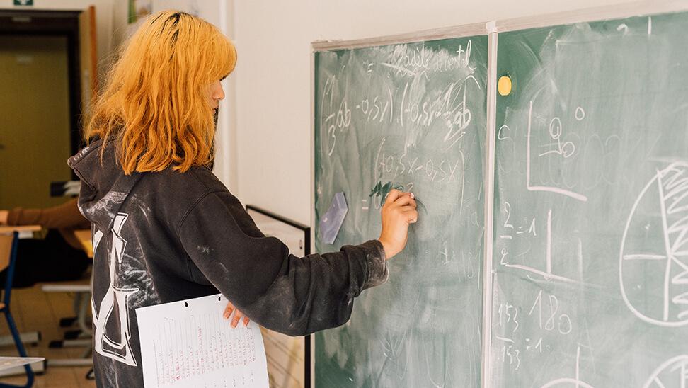 leerling bij het schoolbord in het internaat