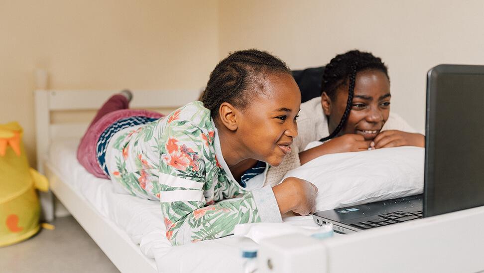 2 leerlingen op bed in het internaat