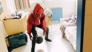 jongen speelt basket op zijn kamer in het internaat