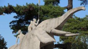 Standbeeld rond het Afrika Museum