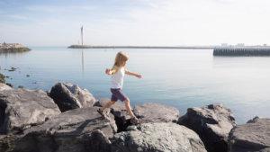 Kind wandelt op Strekdam Oostende