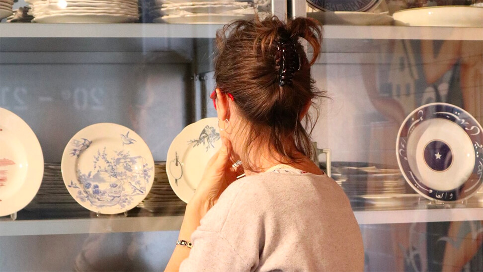 Vrouw kijkt naar keramiekstukken in Keramis