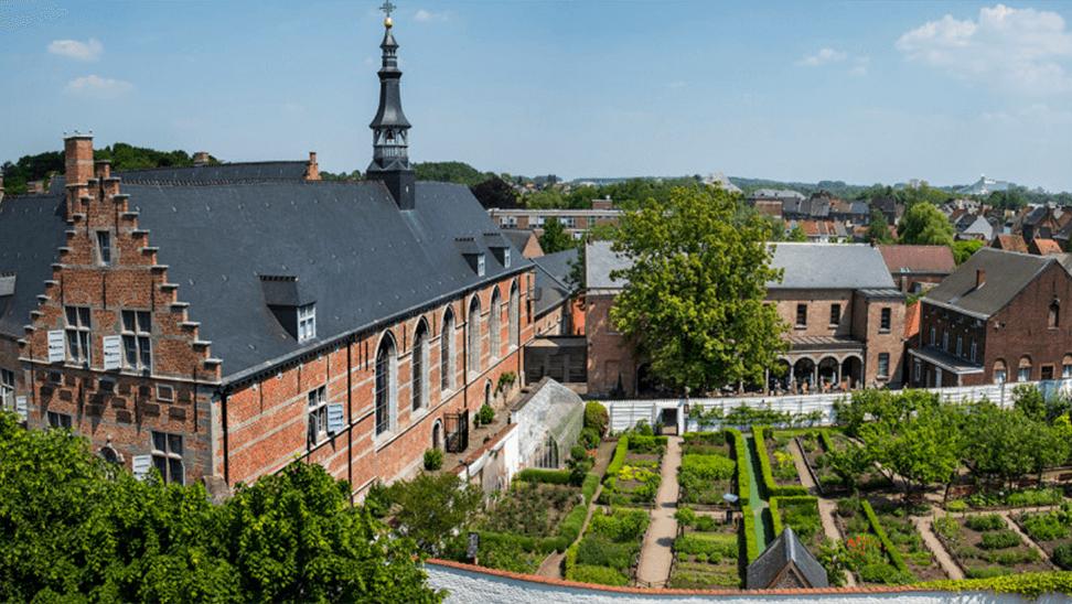 gebouwen en tuin van het hôpital Notre-Dame à la rose
