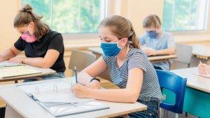 kinderen met mondmasker in secundaire school
