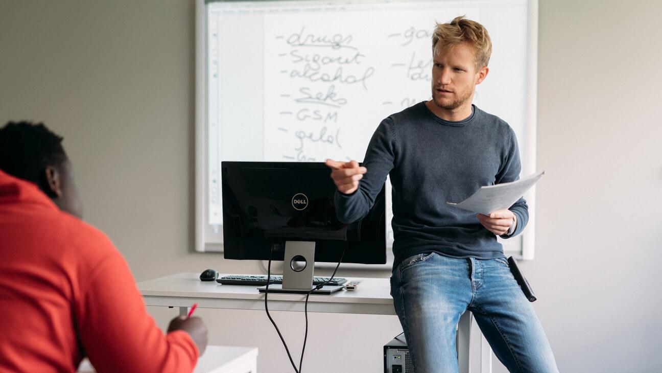 Leraar Stijn geeft les aan zijn leerlingen in de gesloten jeugdinstelling