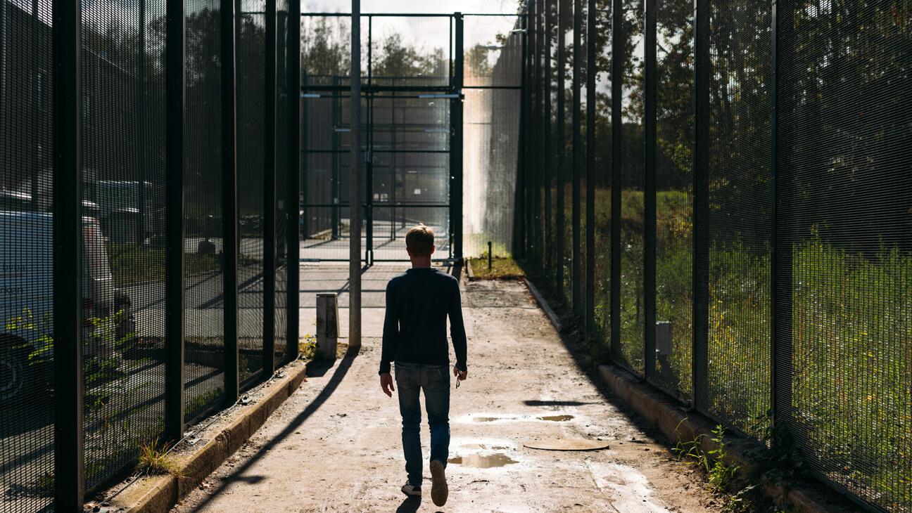 Leraar Stijn wandelt over het domein van gesloten jeugdinstelling de Grubbe in Everberg