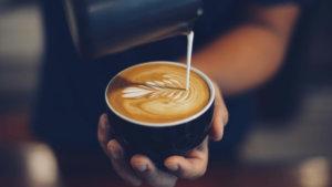 man schenkt koffie uit