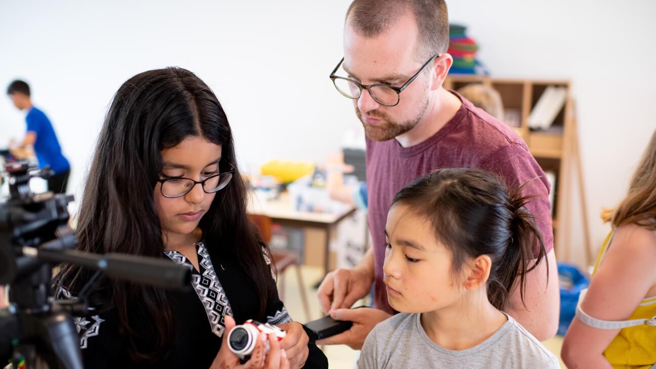 Wout Demeulenaere en zijn leerlingen stellen een camera in voor storytelling