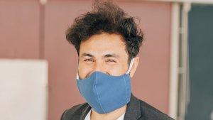Startende directeur Sahadi Daria met mondmasker