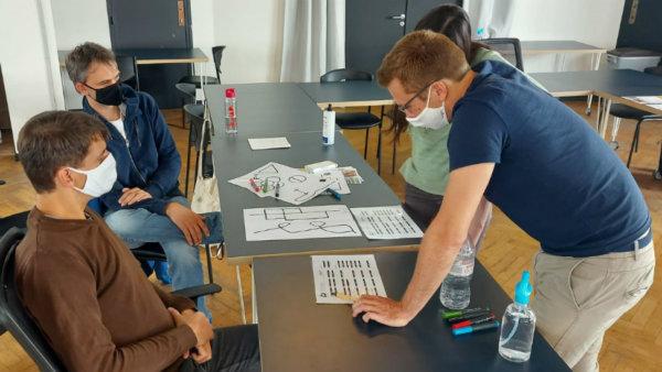 Leraren rond tafel van lesgever