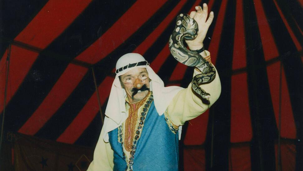 slangenbezweerder in het circus