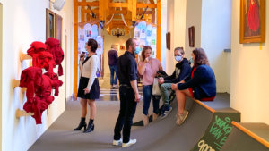 Mensen bekijken de tentoongestelde objecten in de expo