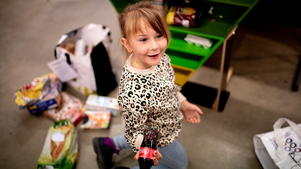 Meisje neemt flesje cola in 't Grom in Mechelen