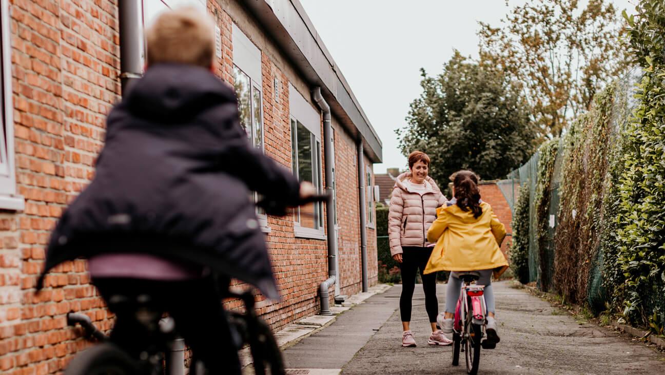 turnleraar Ellen Van Peteghem leert haar leerlingen fietsen