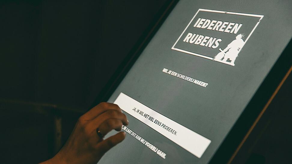 hand drukt op scherm tijdens de expo 'iedereen Rubens'