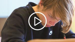 leerling aan het tekenen met potlood