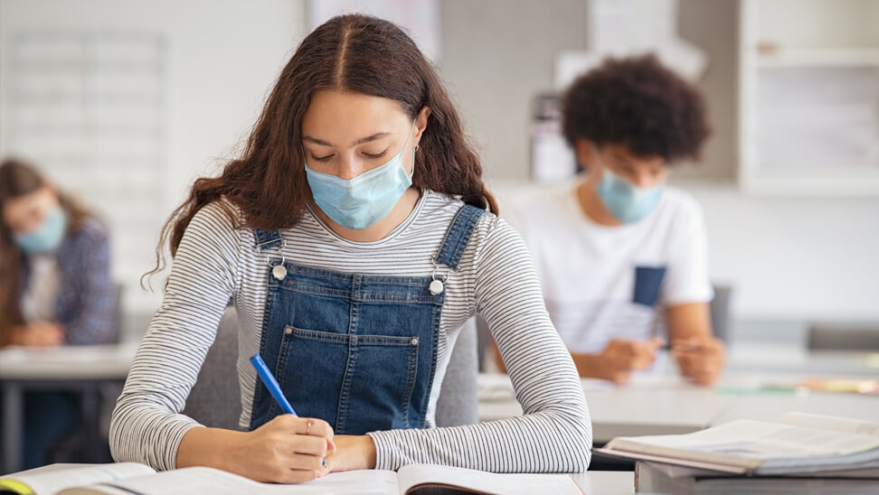 mondmaskers in middelbare school-klas