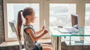 meisje volgt les via computer