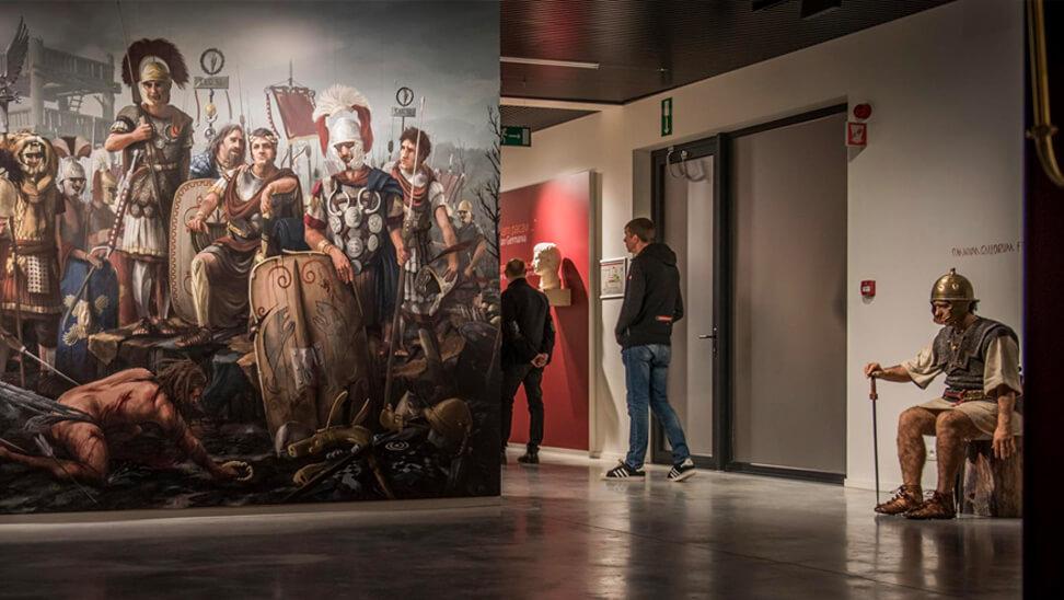 bezoekers in het Archeocentrum Velzeke