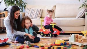 Babysit speelt met 2 kindjes