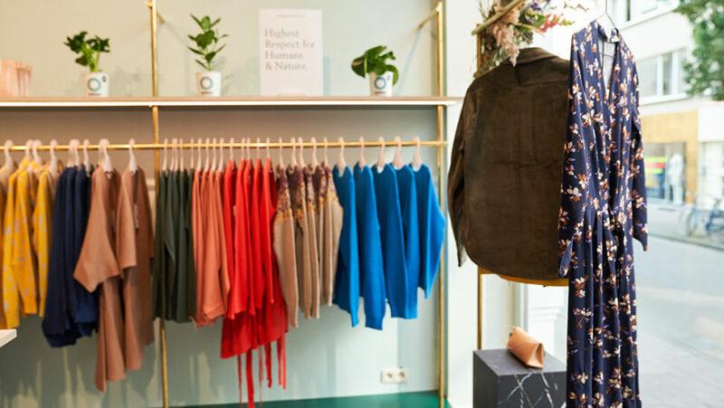 kledingrek in kledingwinkel 'Supergoods Fair Fashion'