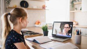 leerling krijgt les via de laptop van haar leraar