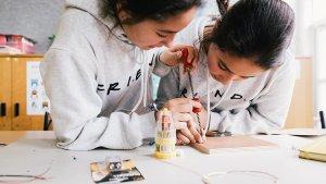 2 leerlingen werken aan elektrische schakeling