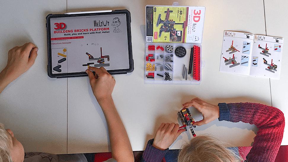 kinderen spelen met bouwpakket van Heliwi