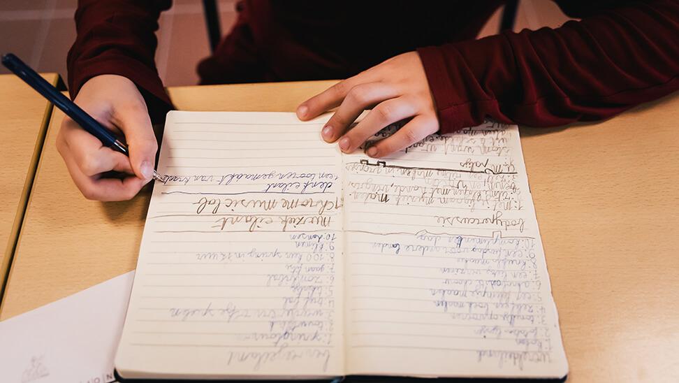 leerling vult logboek in
