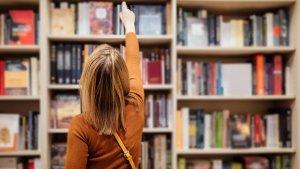 Vrouw kiest een boek