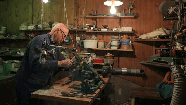Kammenmaker in zijn atelier