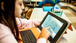 Leerling op een tablet met adaptieve leeromgeving
