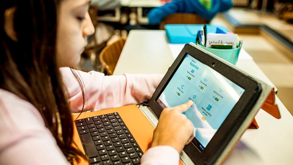 Kind werkt op een tablet met Snappet