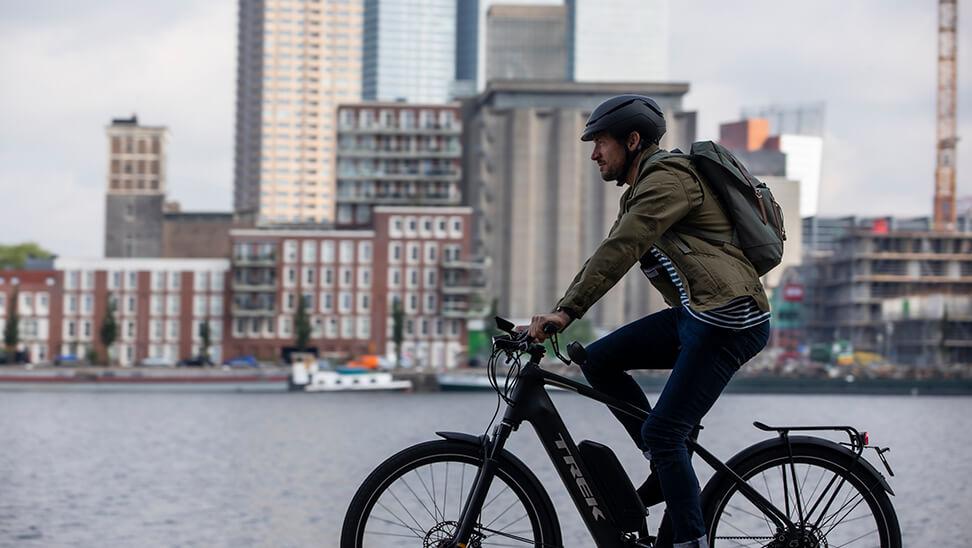 Man op een fiets in de stad