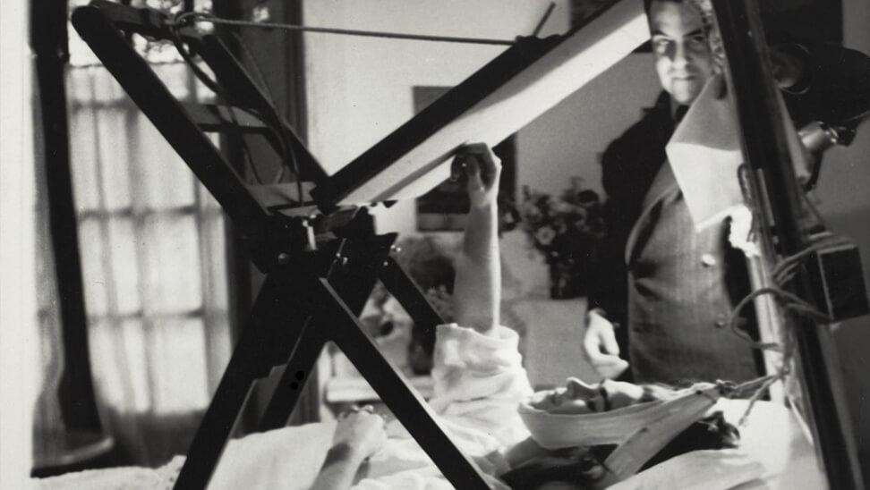Foto van Frida Kahlo in ziekenhuisbed