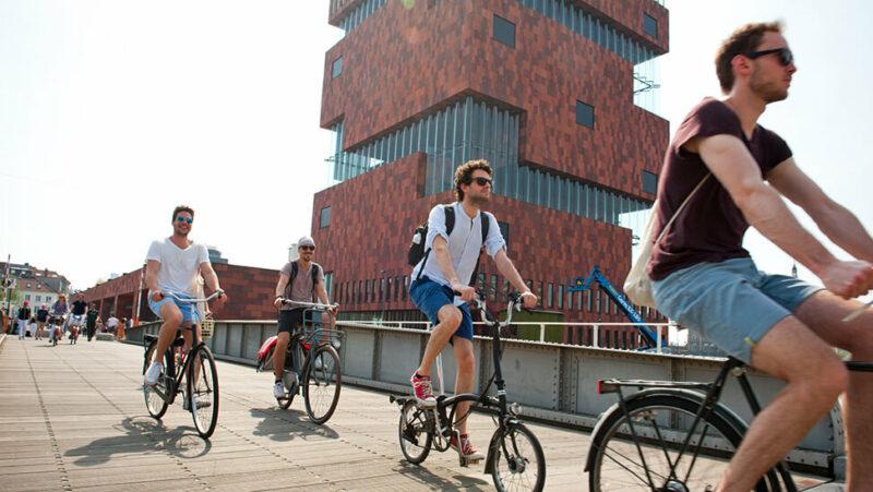 Mensen fietsen aan het MAS in Antwerpen